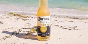 Botella de cerveza Corona en la playa