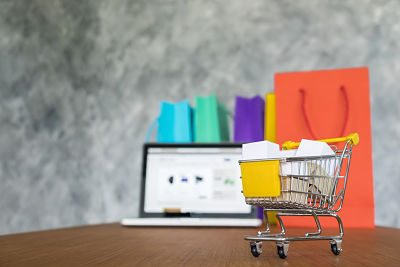 E-commerce: laptop y bolsas de compras